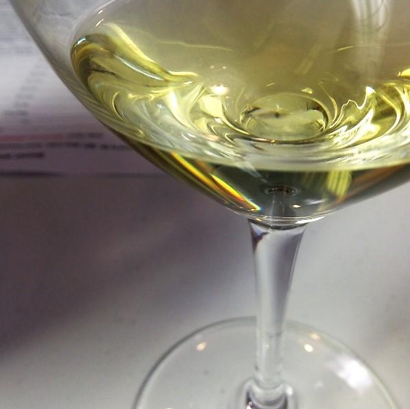 senda verde alberino wine in glass